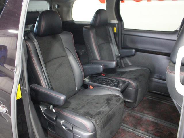 【後部座席】同乗者にもゆったりとすわっていただけます。足を乗せられるフットレスト付のオットマンシートです。