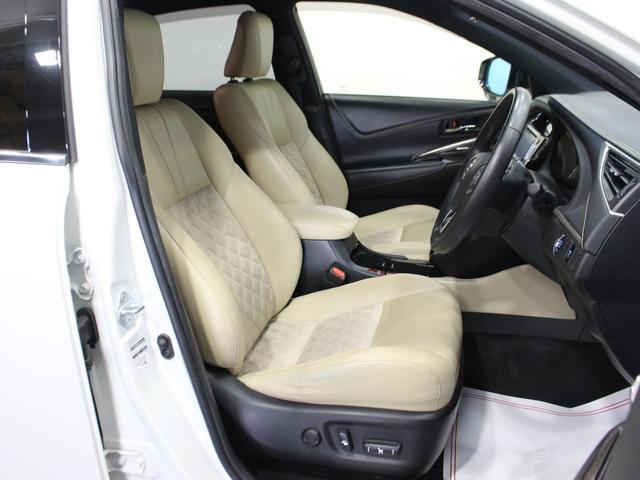 【運転席】ブラックを基調としたインテリアにベージュのハーフレザーシート(合皮/ファブリック使用※メーカー基準)。パワーシートでお好みの位置に座席を設定可能です。純正フロアマット付です。