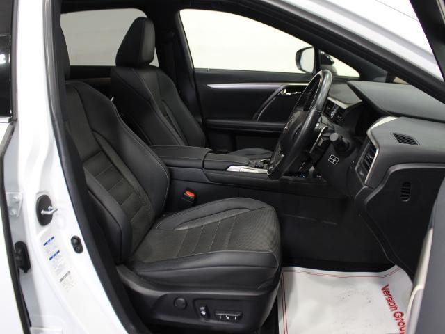 【運転席】ブラックを基調としたインテリアにブラックのレザーシート(※メーカー基準)。パワーシートでお好みの位置に座席を設定可能です。シートエアコン・純正フロアマット付です。