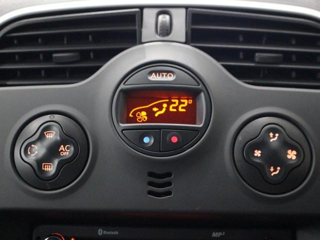 【運転席】ブラックを基調としたインテリアにブラックのファブリックシート。シートリフターで座面の高さを調整可能です。純正フロアマット付です。