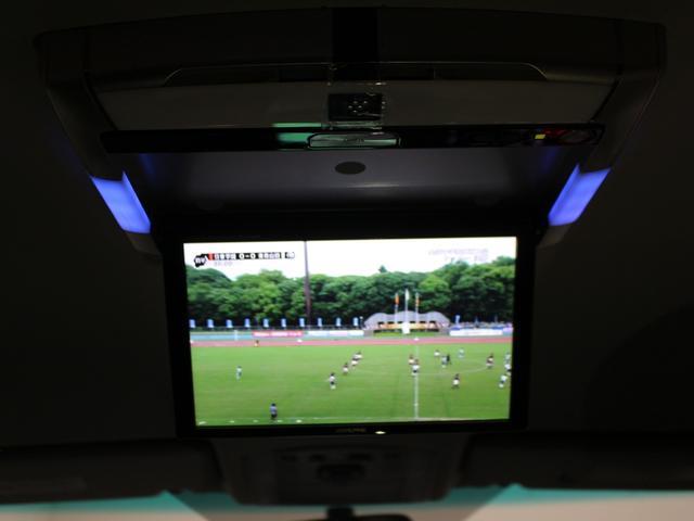 【後席モニター】後席でもテレビなどの視聴が可能です。