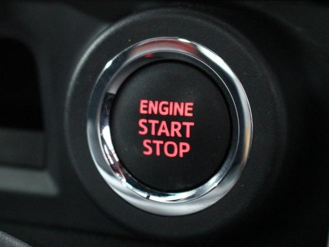 【運転席】ブラックを基調としたインテリアにブラック/レッドのシート。シートリフターで座面の高さを調整可能です。純正フロアマット付です。