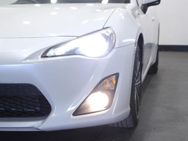 【お車紹介】プロジェクター式ディスチャージヘッドランプ、17インチ専用アルミ、本革巻ステアリング、シフトレバーノブ、パーキングブレーキレバーおよびスポーツアルミペダルなどを標準装備する「GT」