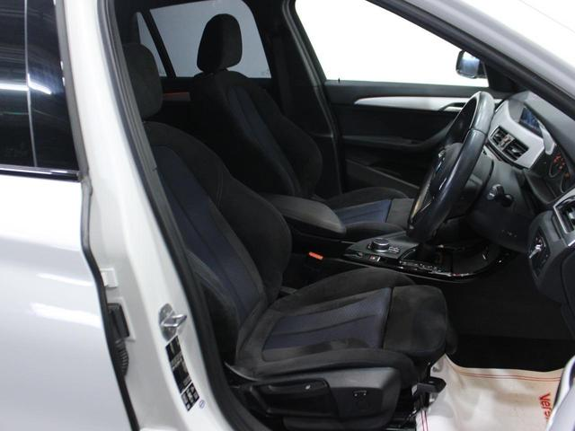 【運転席】ブラックを基調としたインテリアにブラックのファブリックシート。シートリフターで座面の高さを調整可能です。シートヒーター・純正フロアマット付です。