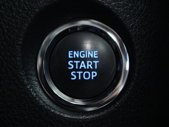 【運転席】ブラックを基調としたインテリアにブラックのレザーシート(合皮※メーカー基準)。パワーシートでお好みの位置に座席を設定可能です。シートヒーター・エアコン・純正フロアマット付です。