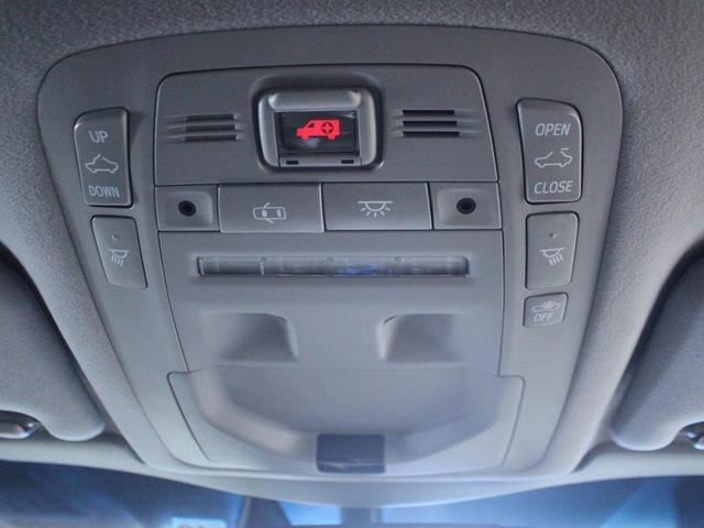【緊急通報ボタン】緊急時にこのボタンを押すとヘルプデスクが車の停車している位置を割り出し、状況に応じ警察署や消防署へ緊急通報をします。