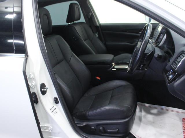 【運転席】ブラックを基調としたインテリアにブラックのレザーシート(一部合皮使用※メーカー基準)。パワーシートでお好みの位置に座席を設定可能です。シートヒーター・純正フロアマット付です。