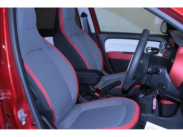 【運転席】ブラックを基調としたインテリアにブラック/レッドのヘッドレスト一体型ファブリックシート。純正フロアマット付です。