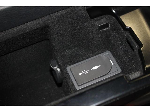 【外部接続端子】USB/AUXケーブルで対応デバイスを接続すれば保存した音楽などを再生することが可能です。