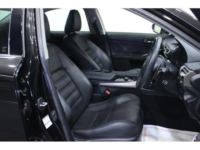 【運転席】ブラックを基調としたインテリアにブラックのレザーシート(一部合皮※メーカー基準)。パワーシートでお好みの位置に座席を設定可能です。シートヒーター・ベンチレーター・純正フロアマット付です。