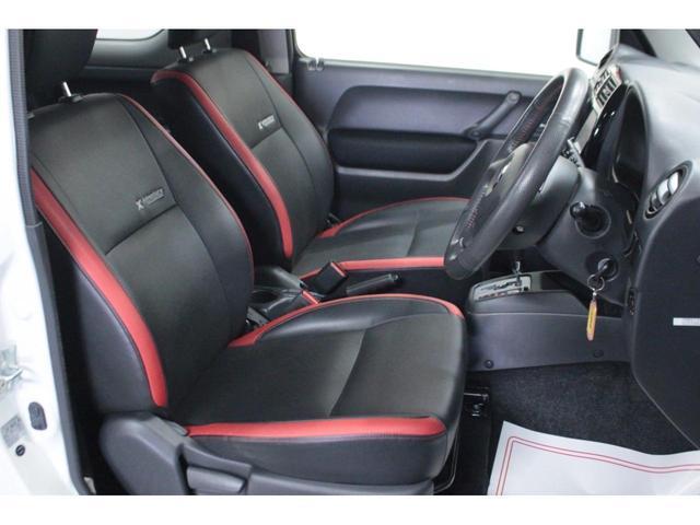 【運転席】ブラックを基調としたインテリアにブラックのクロスアドベンチャー専用シート。シートリフターで座面の高さを調整可能です。純正フロアマット付です。