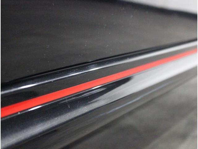 【アクセントカラー】赤色をアクセントとした外観や内装デザインでスポーティさを表現。