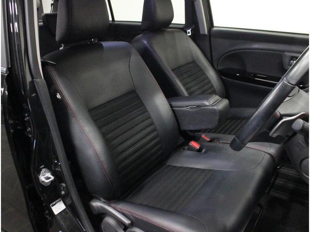 【運転席】ブラックを基調としたインテリアにブラックのハーフレザーシート((合皮/ファブリック※メーカー基準)。シートリフターで座面の高さを調整可能です。純正フロアマット付です。