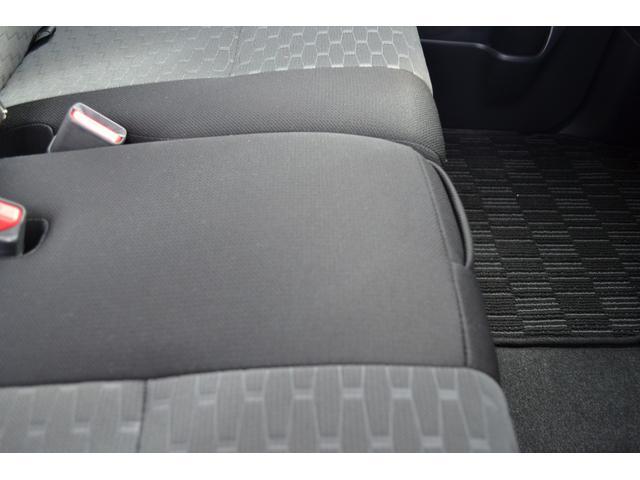 後部座席。左右分割式です。片方だけ倒してフルフラットにして長物の積載も可能です。