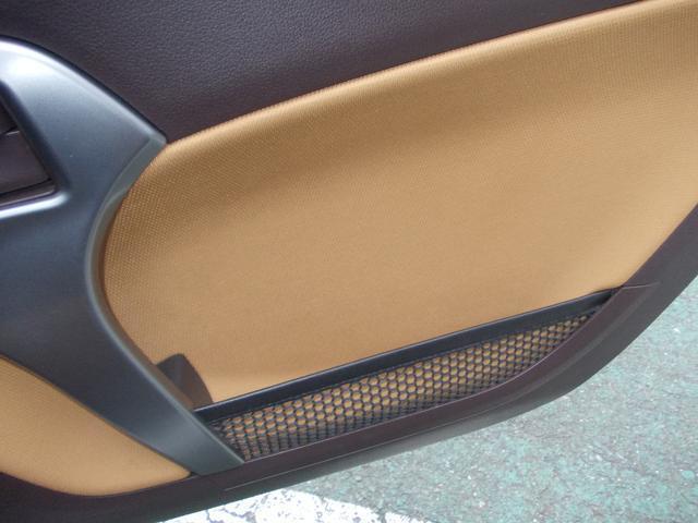 運転席ドア内側に収納ポケットがございます!こういうのがあると便利ですね!