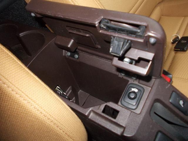 運転席と助手席の間の収納スペースです。トランクルームを開けるときはここのボタンを使用します!