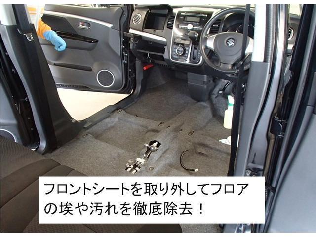フロントシートを取り外してフロアのほこりや汚れを徹底除去!!