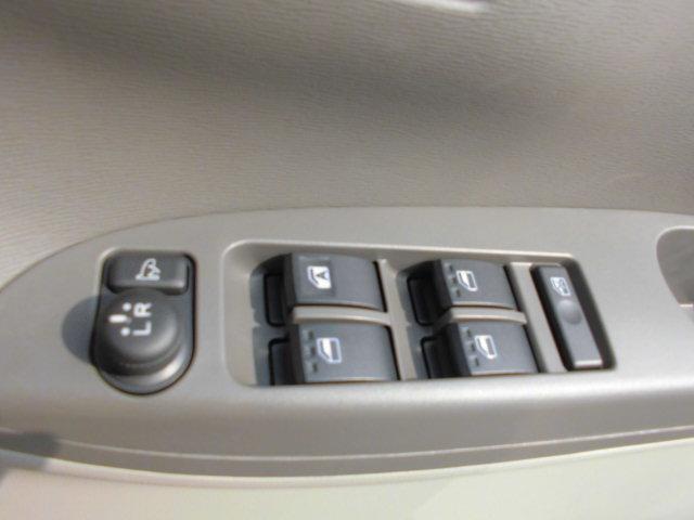 左右の電動ミラーは運転席からスイッチ操作できます!