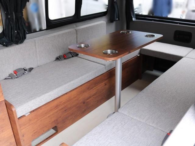 ロングDX GLパッケージ FLEXキャンピングカーNH TYPEII 車中泊 走行充電システム サブバッテリー カーテン フロントスポイラー 上開き式冷蔵冷凍庫40L 間接照明ダウンライト  アーバングランデ17インチAW(12枚目)