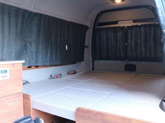 ロングDX GLパッケージ FLEXキャンピングカーNH TYPEII 車中泊 走行充電システム サブバッテリー カーテン フロントスポイラー 上開き式冷蔵冷凍庫40L 間接照明ダウンライト  アーバングランデ17インチAW(14枚目)