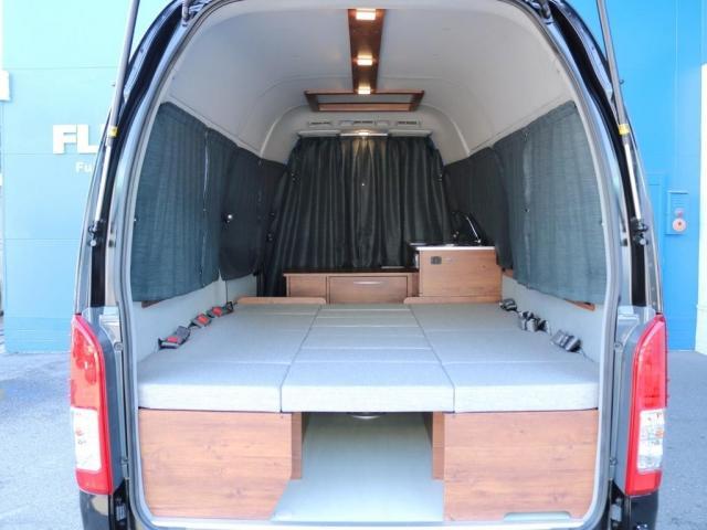 ロングDX GLパッケージ FLEXキャンピングカーNH TYPEII 車中泊 走行充電システム サブバッテリー カーテン フロントスポイラー 上開き式冷蔵冷凍庫40L 間接照明ダウンライト  アーバングランデ17インチAW(15枚目)