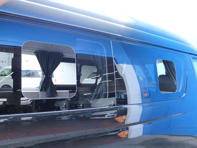 ロングDX GLパッケージ FLEXキャンピングカーNH TYPEII 車中泊 走行充電システム サブバッテリー カーテン フロントスポイラー 上開き式冷蔵冷凍庫40L 間接照明ダウンライト  アーバングランデ17インチAW(27枚目)