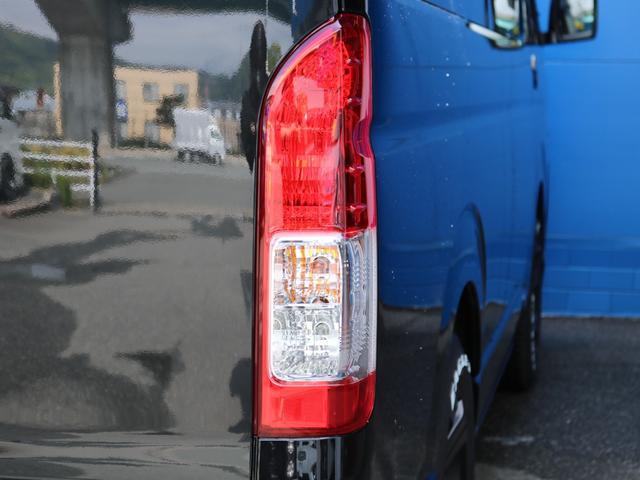 ロングDX GLパッケージ FLEXキャンピングカーNH TYPEII 車中泊 走行充電システム サブバッテリー カーテン フロントスポイラー 上開き式冷蔵冷凍庫40L 間接照明ダウンライト  アーバングランデ17インチAW(28枚目)