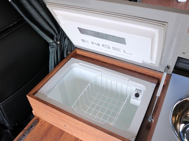 ロングDX GLパッケージ FLEXキャンピングカーNH TYPEII 車中泊 走行充電システム サブバッテリー カーテン フロントスポイラー 上開き式冷蔵冷凍庫40L 間接照明ダウンライト  アーバングランデ17インチAW(35枚目)