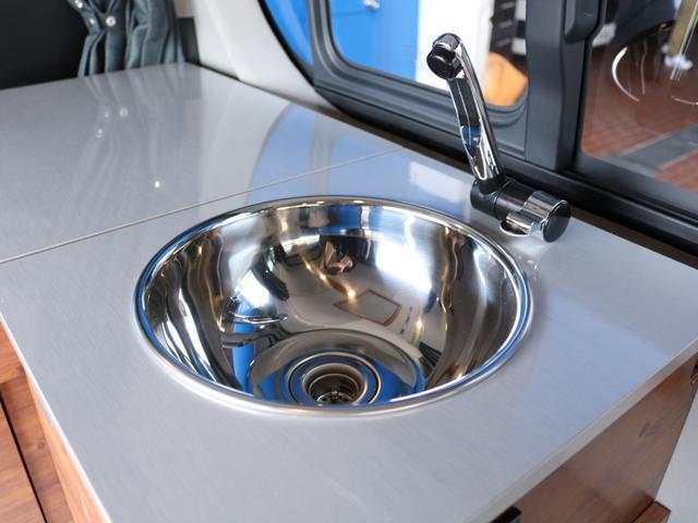 ロングDX GLパッケージ FLEXキャンピングカーNH TYPEII 車中泊 走行充電システム サブバッテリー カーテン フロントスポイラー 上開き式冷蔵冷凍庫40L 間接照明ダウンライト  アーバングランデ17インチAW(36枚目)
