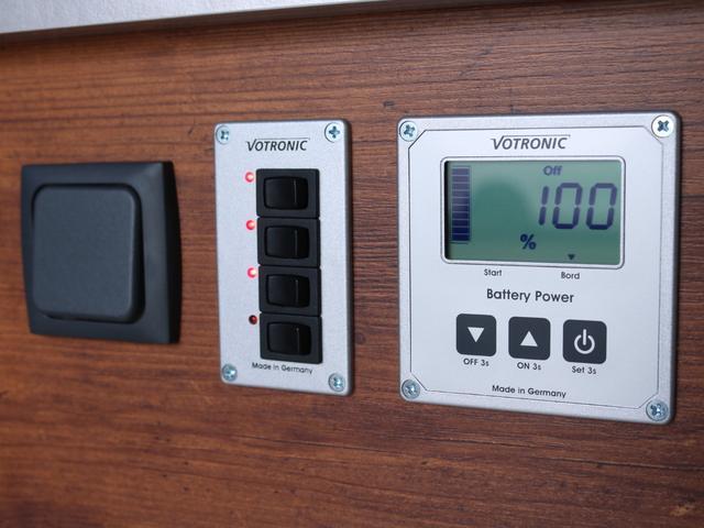 ロングDX GLパッケージ FLEXキャンピングカーNH TYPEII 車中泊 走行充電システム サブバッテリー カーテン フロントスポイラー 上開き式冷蔵冷凍庫40L 間接照明ダウンライト  アーバングランデ17インチAW(37枚目)