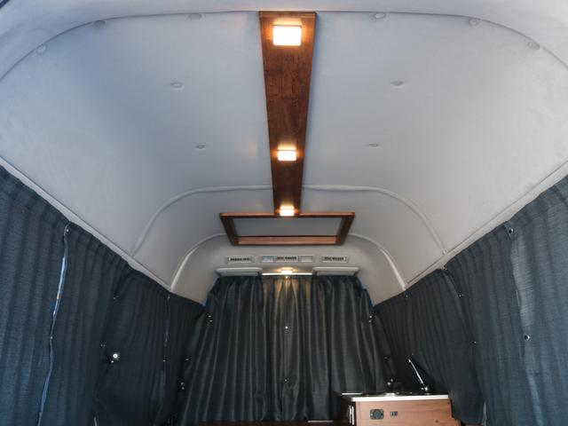 ロングDX GLパッケージ FLEXキャンピングカーNH TYPEII 車中泊 走行充電システム サブバッテリー カーテン フロントスポイラー 上開き式冷蔵冷凍庫40L 間接照明ダウンライト  アーバングランデ17インチAW(43枚目)