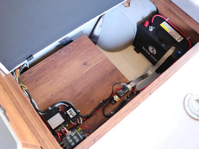 ロングDX GLパッケージ FLEXキャンピングカーNH TYPEII 車中泊 走行充電システム サブバッテリー カーテン フロントスポイラー 上開き式冷蔵冷凍庫40L 間接照明ダウンライト  アーバングランデ17インチAW(44枚目)