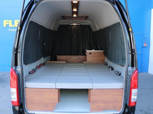ロングDX GLパッケージ FLEXキャンピングカーNH TYPEII 車中泊 走行充電システム サブバッテリー カーテン フロントスポイラー 上開き式冷蔵冷凍庫40L 間接照明ダウンライト  アーバングランデ17インチAW(45枚目)