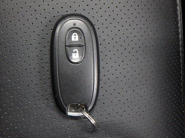インテリジェントキー(スマートキー)です。 コレを持っているだけで、指先でタッチするだけでドアのロック、アンロックはもちろん、エンジンPUSHスタートも出来ます。