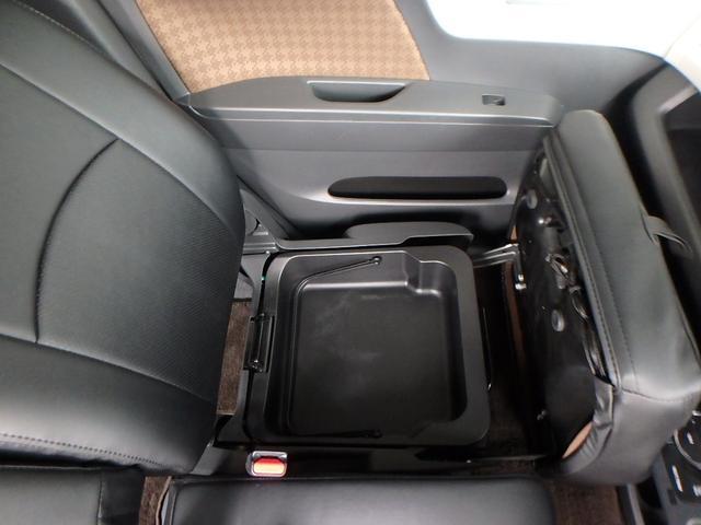 ご覧の通り、助手席シートの座面を上げれば、そこには大きな収納ボックスが有ります。 また、この収納ボックスは持ち手が付いており、このボックスごと持ち出す事も出来ます。