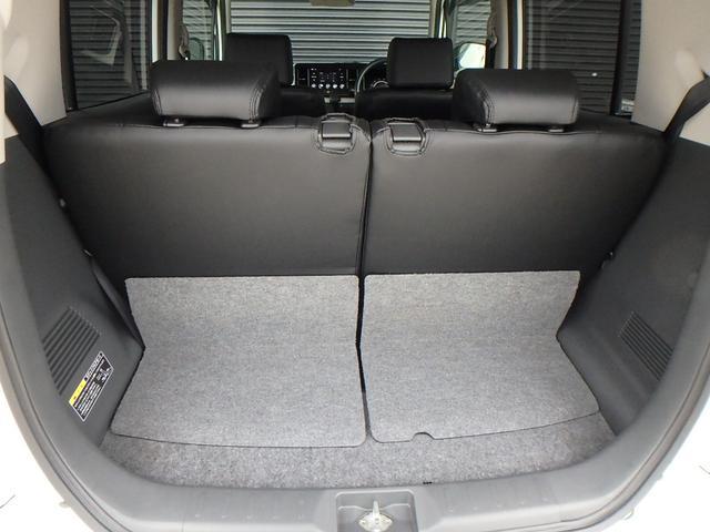 リアゲートを開けると後部座席の後ろにはトランクスペースが有ります。 通常のお買物でしたら十分対応できます。