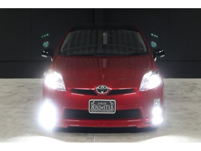 こちらは夜間の撮影です。 ご覧の通り、ヘッドライトもフォグランプもLEDシステムですので、純白光のとても明るくキレイな輝きです。明るく運転し易いだけでなく、夜のドレスアップとしてもイイです。