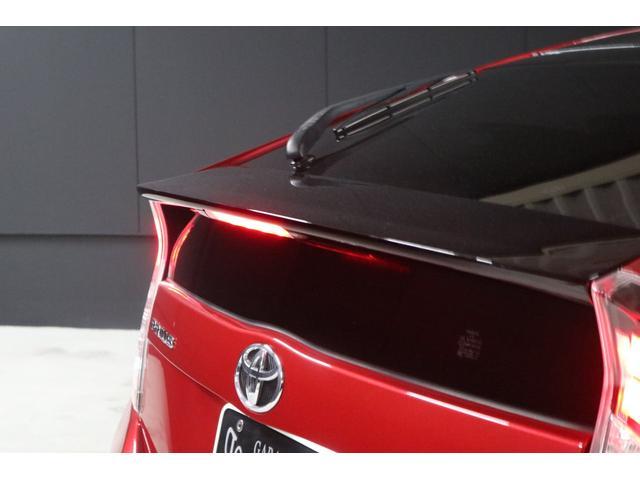 このトランクスポイラーの中央には、赤色LEDで光るハイマウントストップランプも標準装備で付いてます。