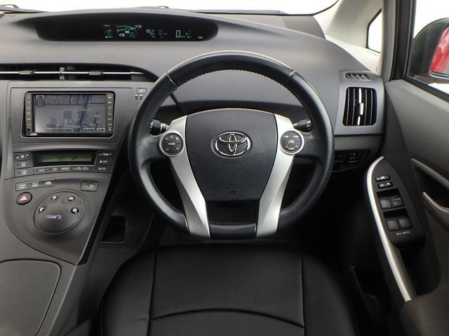 運転手席に座るとこの様な感じです。 座席に座りハンドルを握れば近未来的な車に乗ってるって感じる瞬間です。 これからは貴方がプリウス伝説を創る順番です。