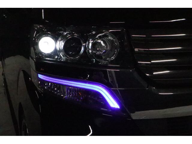 こちらは夜間の撮影です。スモールランプを点けている状態ですが、下に有る紫色のアクセサリーLEDもカッコイイです! ※ちなみに純正灯火です。