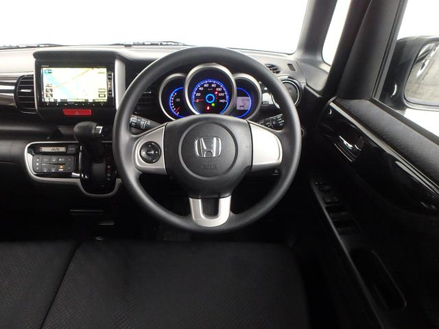 運転手席に座るとこの様な感じです。軽自動車とは思えないほど豪華なインテリアです。