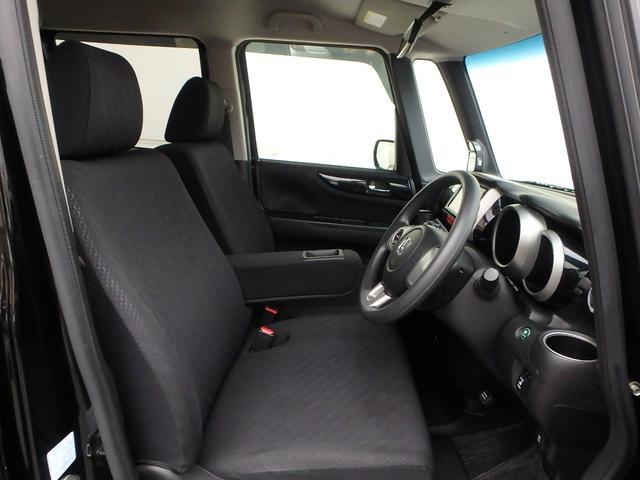 シートはベンチシートタイプですので、とっても広く感じます。 また、運転手席と助手席の間には、ドリンクホルダー付きアームレスト(肘掛け)も有ります。