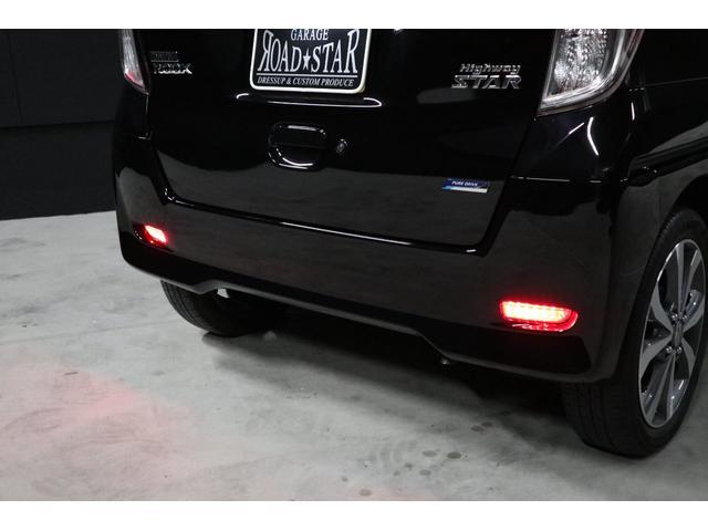 こちらは夜間の撮影です。リフレクター(反射板)は通常後ろからの光を反射して光るのですが、このリフレクターはLEDが内蔵されていて、テールレンズ同様スモールとブレーキ連動で光ります。