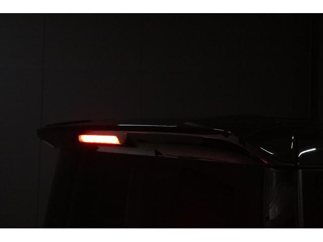 ルーフスポイラーの中央にあるハイマウントストップランプレンズもクリアーレンズですが、ブレーキを踏むとちゃんと赤色LEDで光ります。