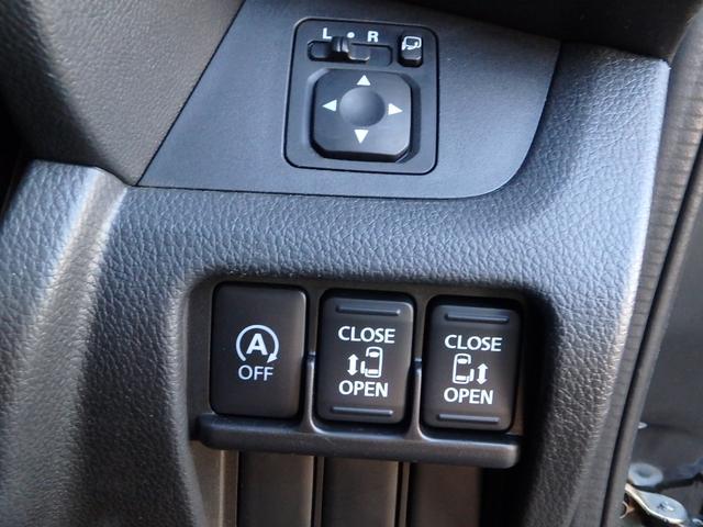 上が電動ドアミラーの操作スイッチで、下には、アイドリングストップスイッチと、両側の電動スライドドアの開閉スイッチが有ります。
