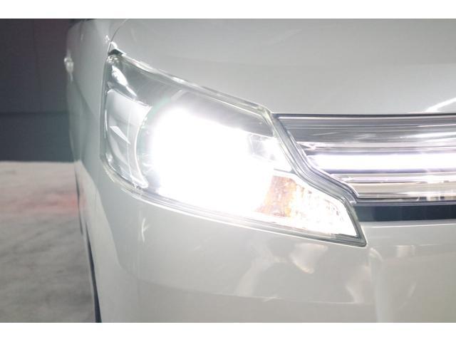 ヘッドライトはHIDシステムですので、ご覧の通り純白光のとても明るくキレイな輝きです。