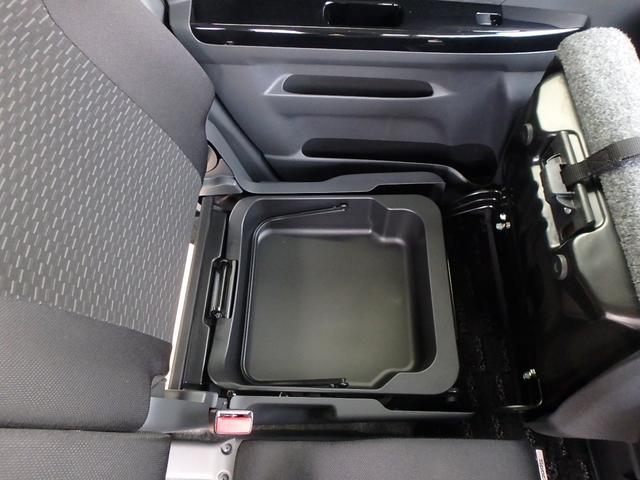 助手席シートの座面を上げると、ご覧の通り収納スペースが有ります。