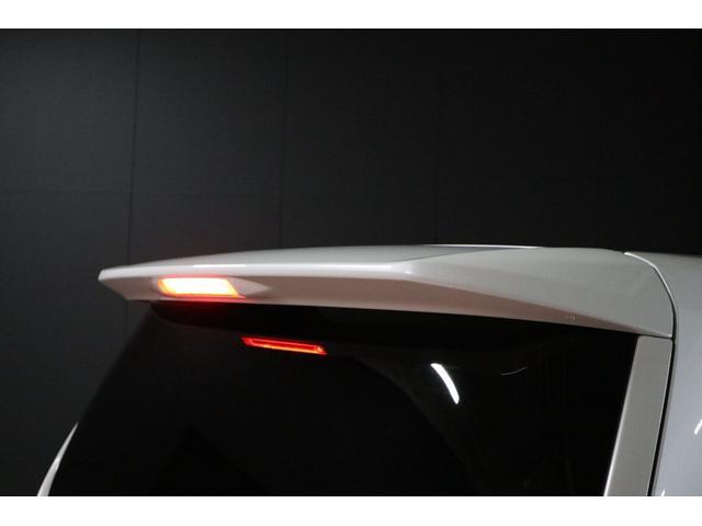 ルーフスポイラーの中央には赤色LEDで光るハイマウントストップランプも標準装備で付いています。