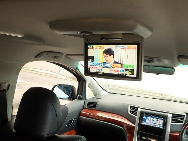 天井には純正のフリップダウンモニターが付いていますので、後部座席に座っている方もTVやDVD等をお楽しみ頂けます。