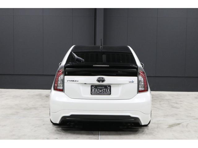 リアビューです。安定した低重心・低車高が象徴的です。また、天井・リアガラス・トランクスポイラー・リアアンダースポイラーの塗り分け部等、黒色を指し色で入れているのでとても引き締まってカッコイイです。